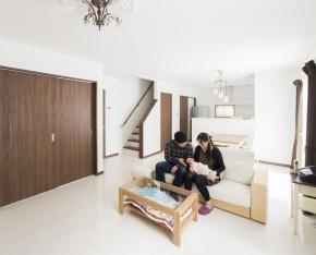 昼間は照明なしでも過ごせる、採光と風通しに優れた明るいLDK。スムーズに日常生活が行える回遊性の高い住まいを実現。階段下収納など収納スペースも充実