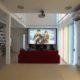 リビングには映画やゲームなどをして家族で楽しめる120インチのホームシアターを設置