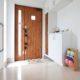 家族を迎える玄関は、大きなスリット窓を採用してたっぷりと光が入る