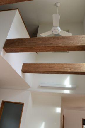 見せ梁で天井高を高くみせることにより<br /> 開放感を演出