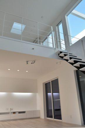 バルコニーから降り注ぐ光が家全体を明るくしてくれる
